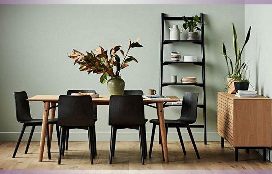 Столовая с однотонной отделкой и деревянной мебелью