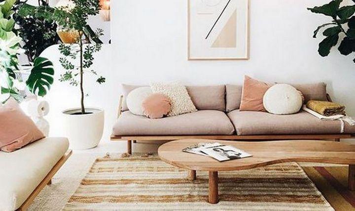 Деревянный низкий стол и минималистичная мебель