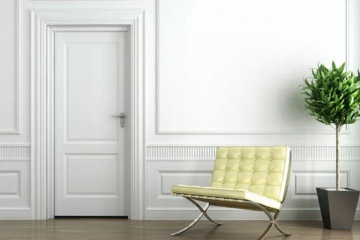 Белая дверь и современное кресло