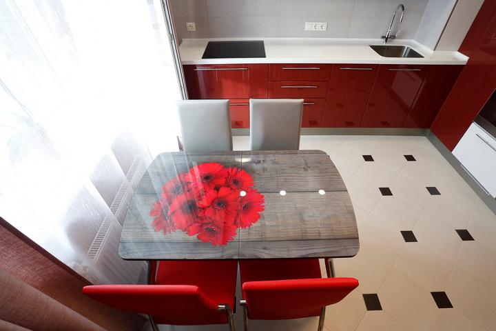 Прямоугольный стол с рисунком