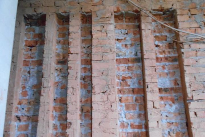 Штробы в кирпичной стене