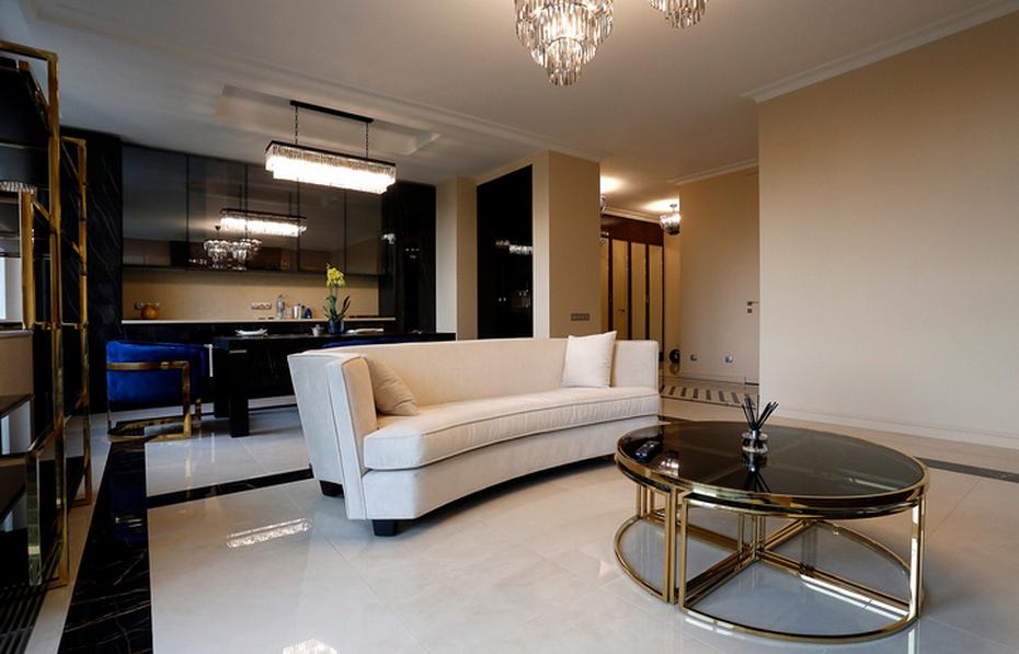 Современный диван в гостиной