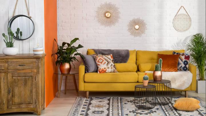 Горчичный диван в интерьере