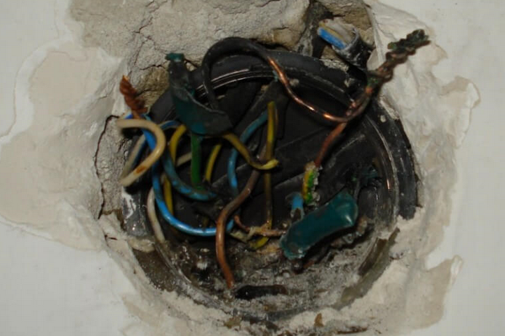 Ужасно проделанная работа электрика