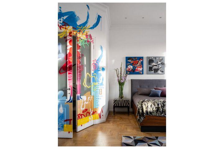 Спальня для гостей с расписанной дверью