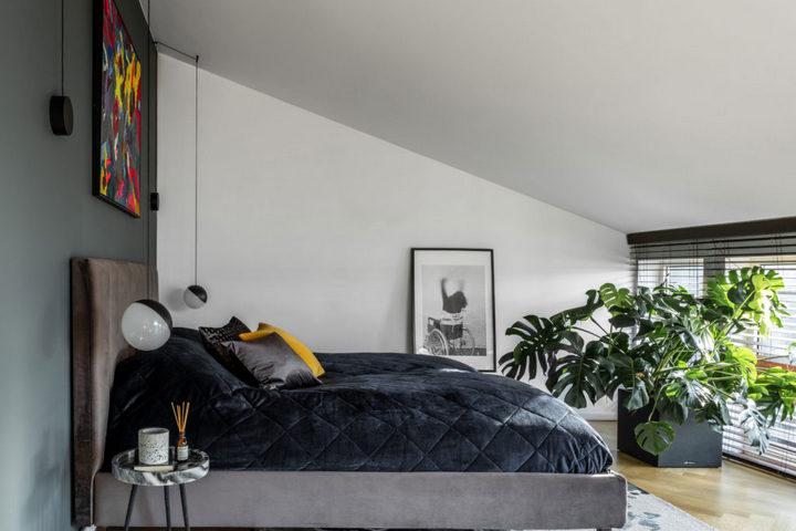 Главная спальня с мансардным потолком