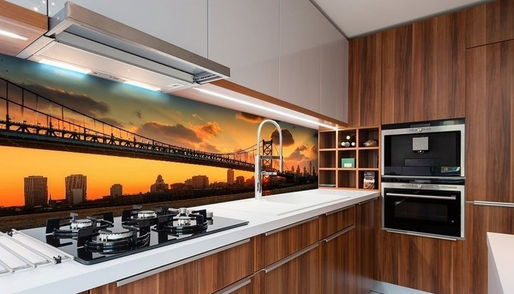 Устаревшая фотопечать на кухонном фартуке