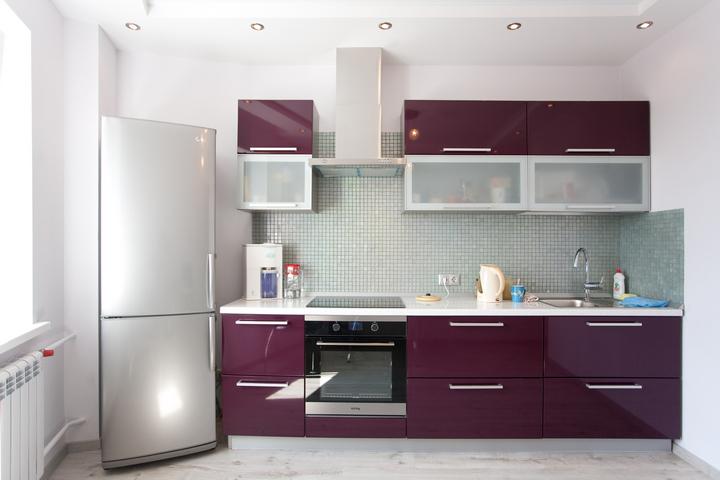 Кухня в темном фиолетовом цвете