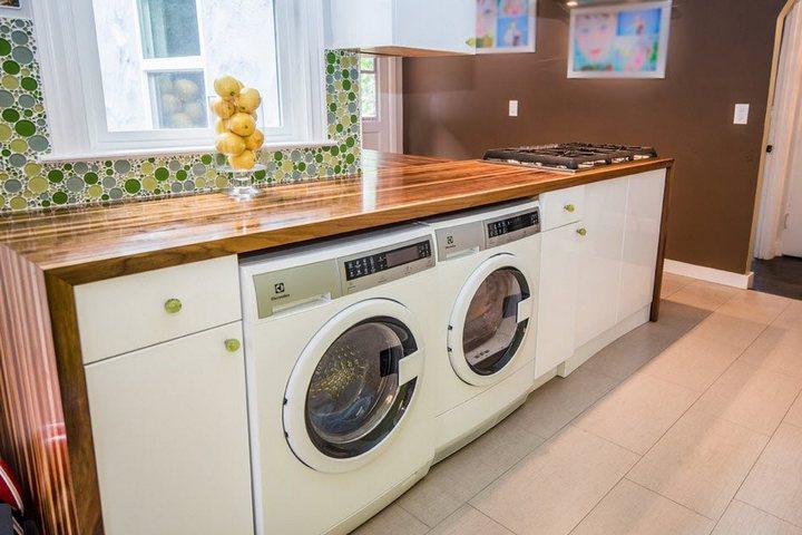 Стиральная и сушильная машины в кухонном гарнитуре