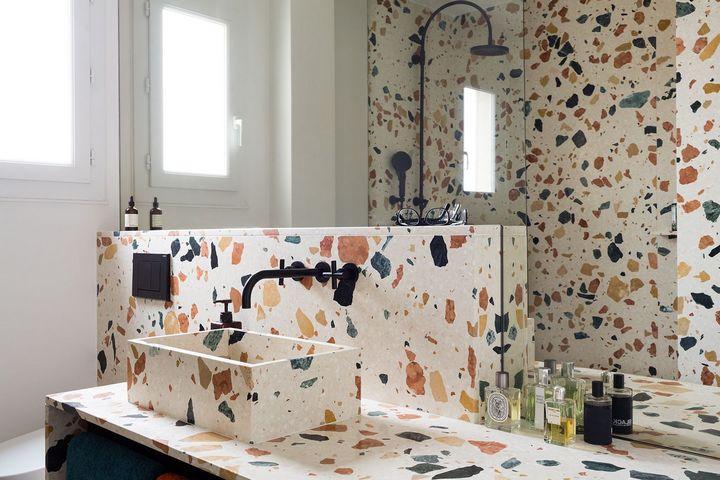 Ванная комната с отделкой из терраццо