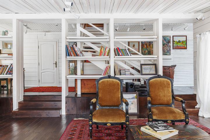 Антикварные кресла и стеллаж