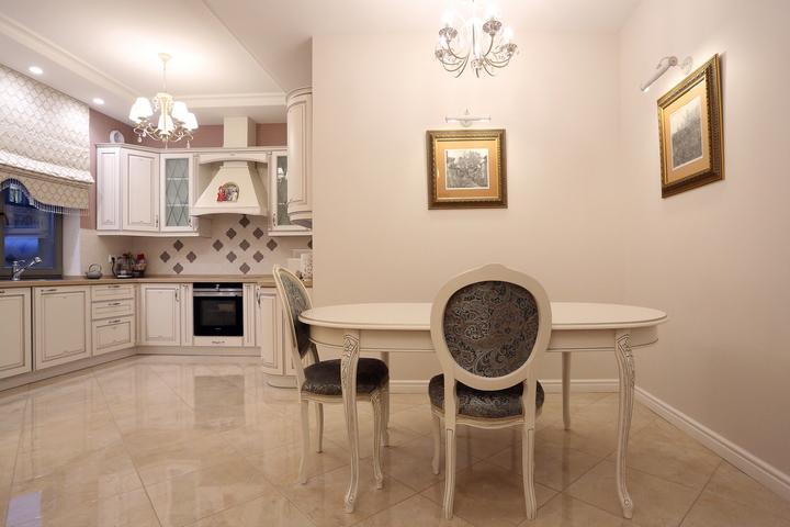 Столовое пространство рядом с кухней