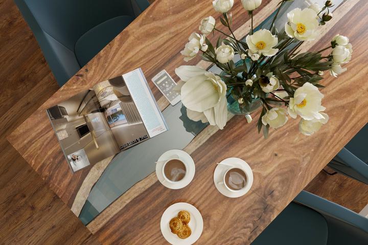 Деревянный стол и слэп