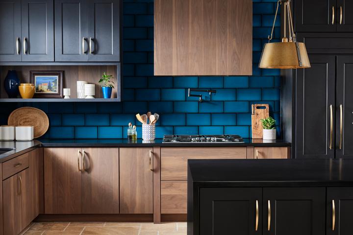 Классический синий цвет на плитке в кухне