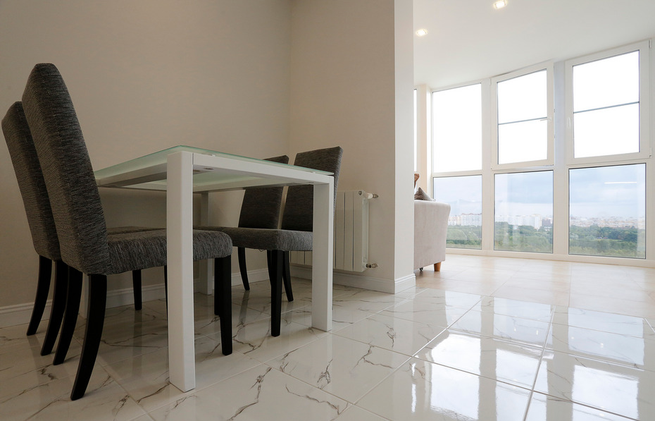 Панорамные окна на лоджии и столовая