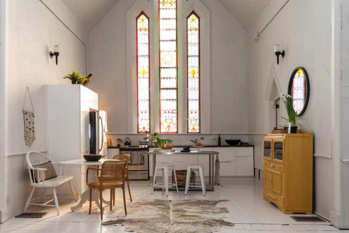 Кухня с витражным окном