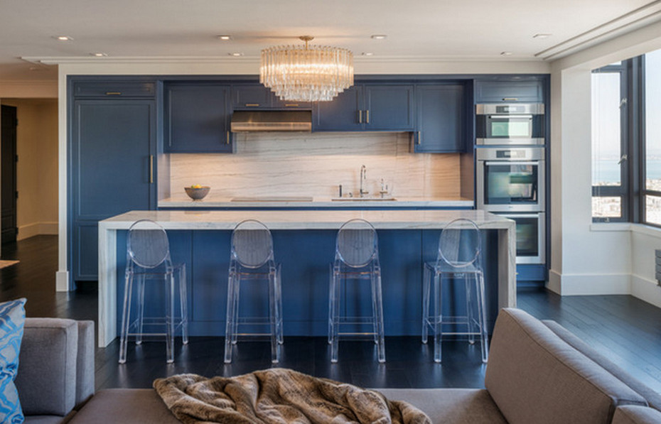 Прозрачные барные стулья в кухне