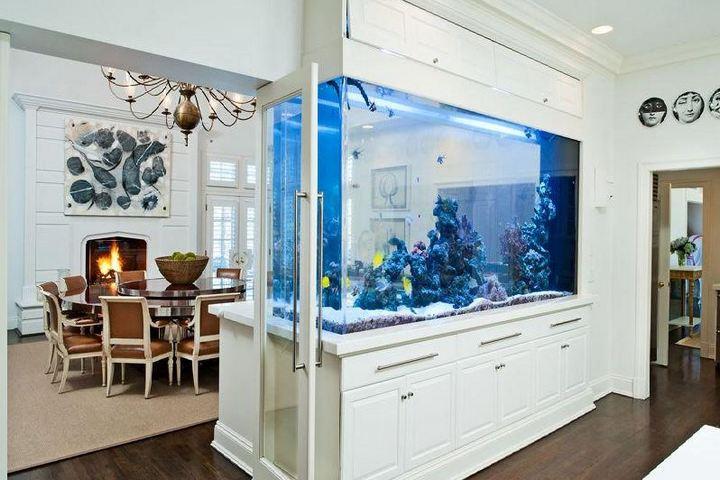 Перегородка в столовой с аквариумом