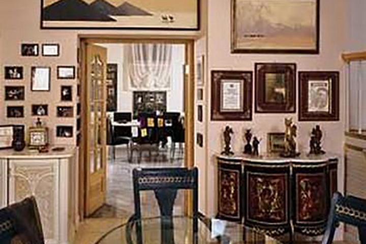 Декор стены фоторамками, картинами и грамотами