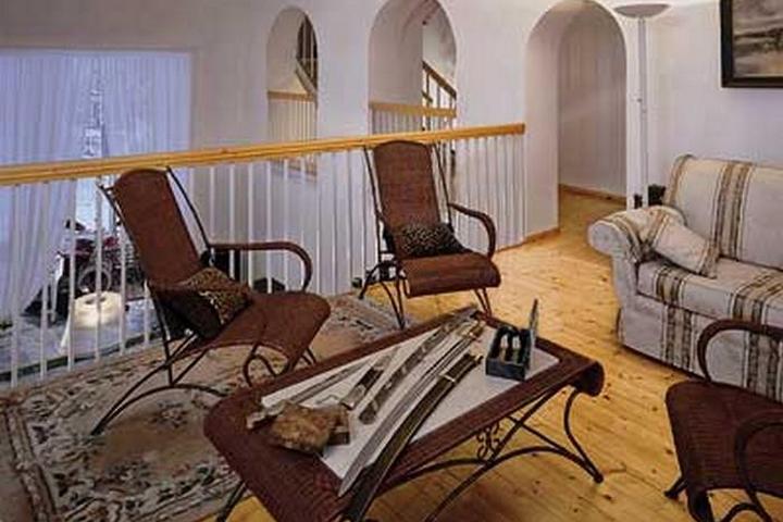 Зона отдыха второго этажа с плетеной мебелью