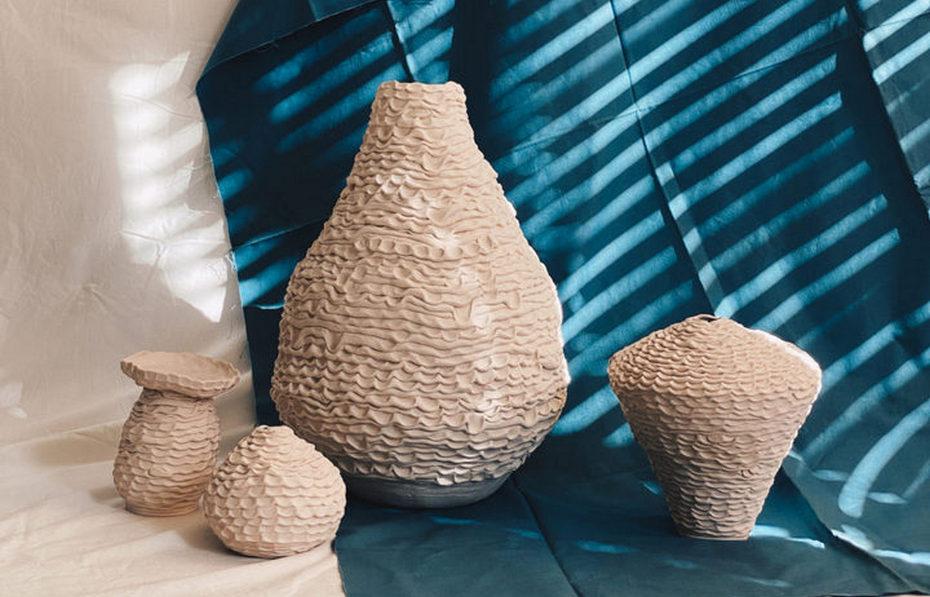 Высокая ваза и небольшие сосуды