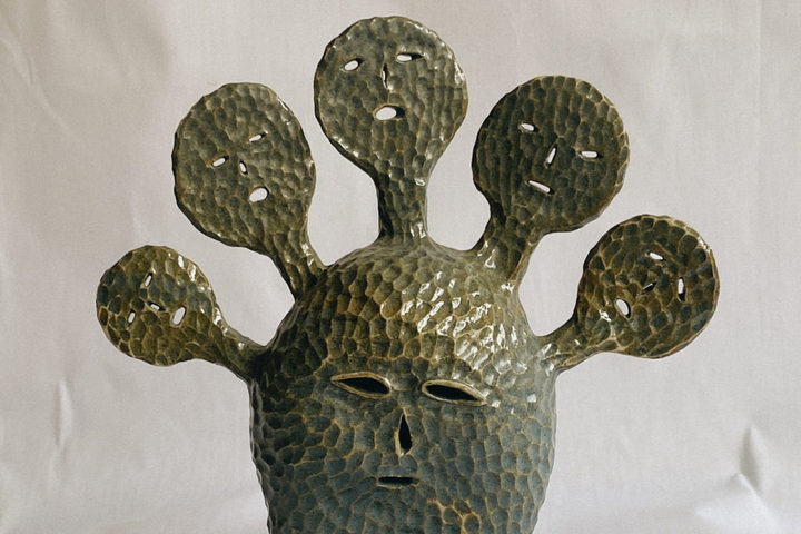 Керамическая декоративная инсталляция в форме лица