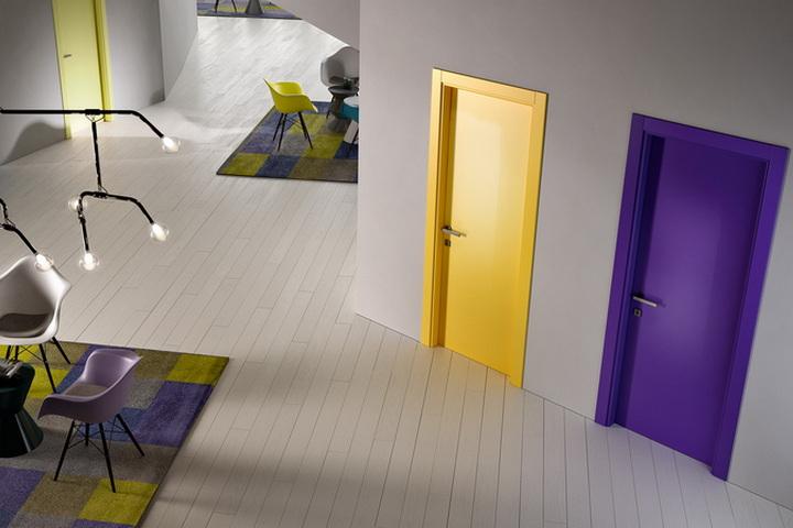 Контрастные двери желтого и фиолетового цвета