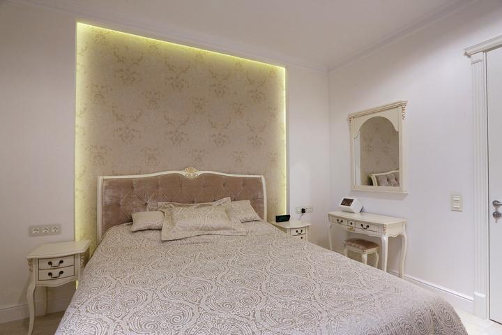 Закарнизная подсветка на стене спальни