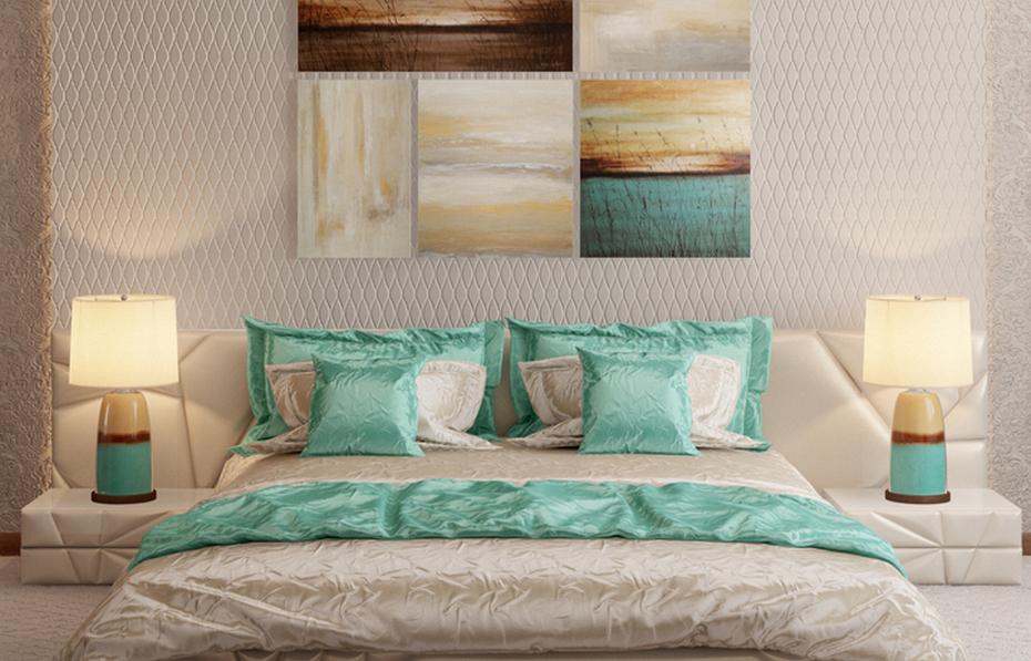 Интерьер спальни с контрастными подушками