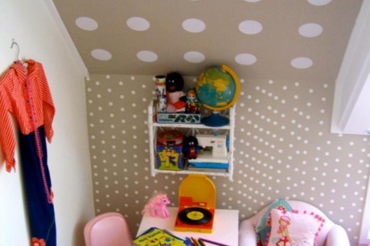 Геометричный рисунок на стене и потолке