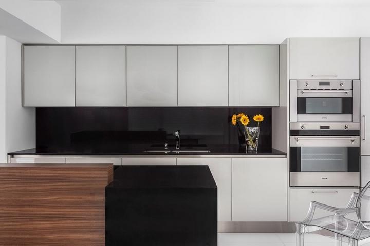 Кухня в стиле хай-тек в белых цветах