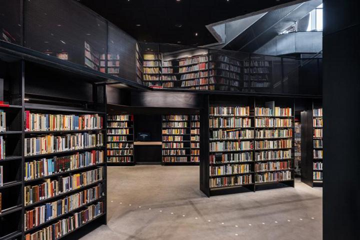 Зона со стеллажами в библиотеке