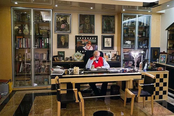 Александр Добровинский в кабинете
