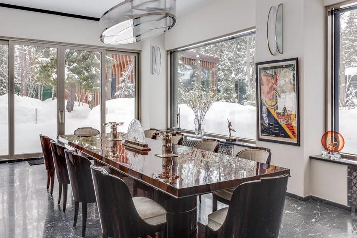 Столовая с панорамными окнами и столом