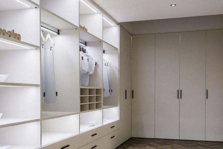 Современная гардеробная со скрытыми фасадами