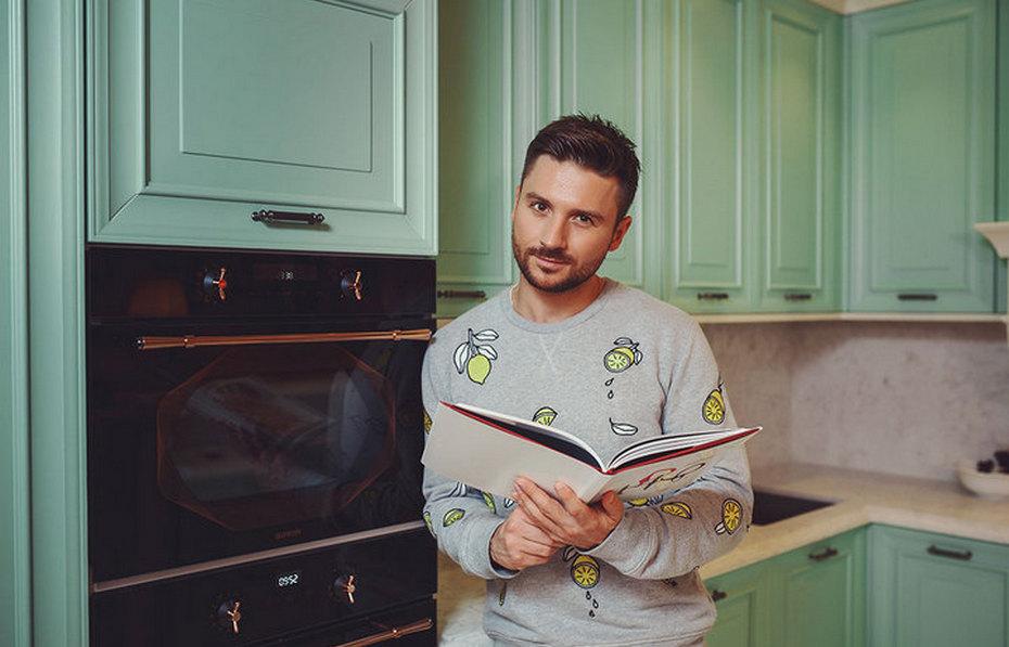 Сергей Лазарев на кухне