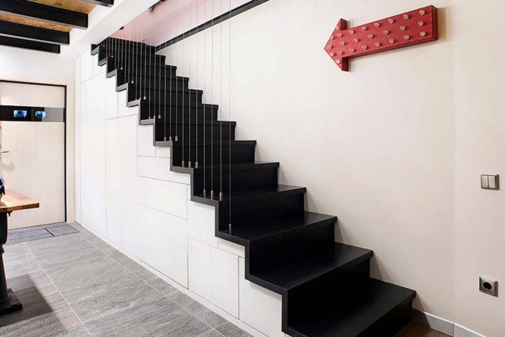 Игра объемов и система хранения в лестнице