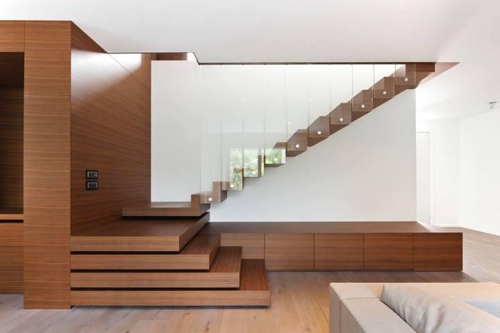Подиум и лестница за стеклом