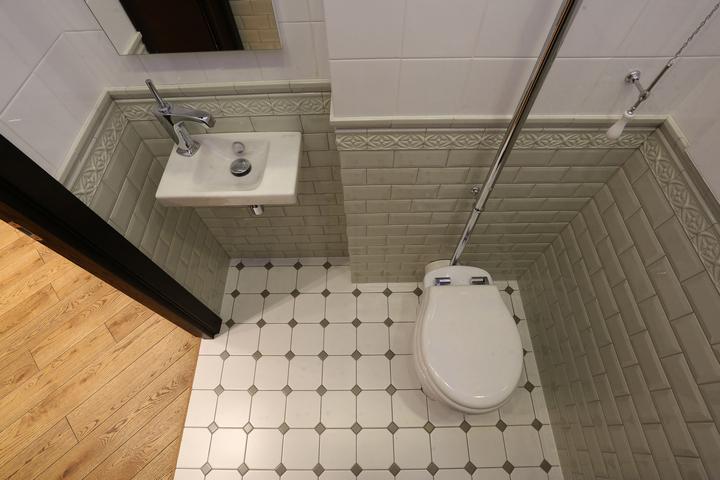 Туалет с горизонтальной отделкой