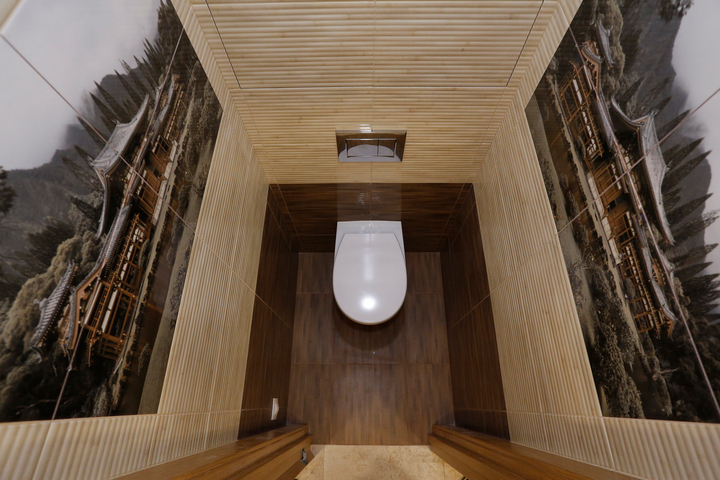 Узкий туалет с декоративными рисунками