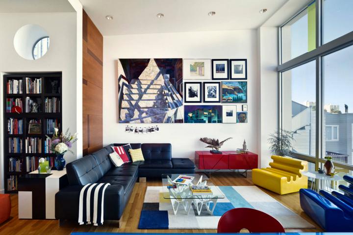 Гостиная с яркой мебелью и смешением материалов