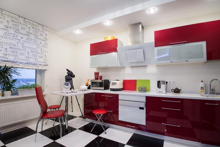 Шахматная клетка на полу кухни