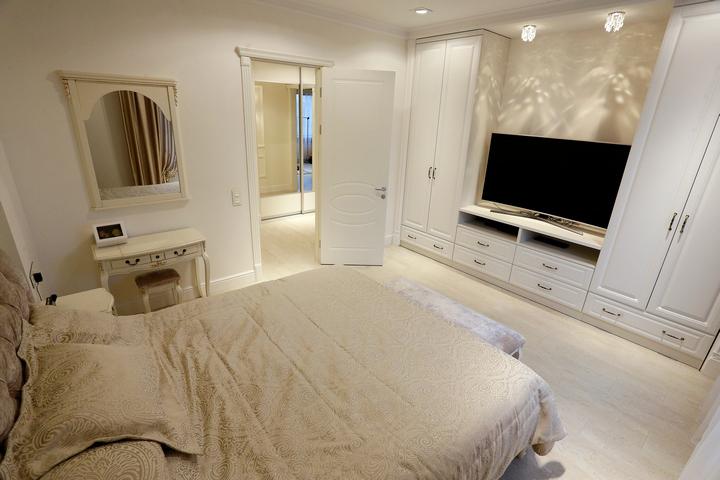 Спальня в бежевых тонах с белыми элементами