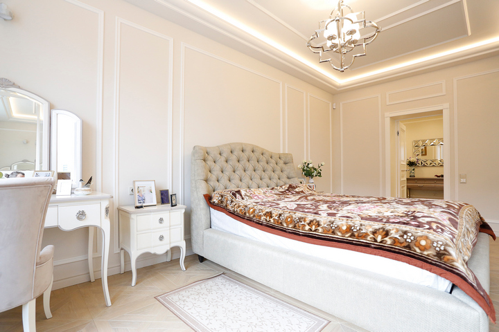 Классическая спальня с белыми оттенками