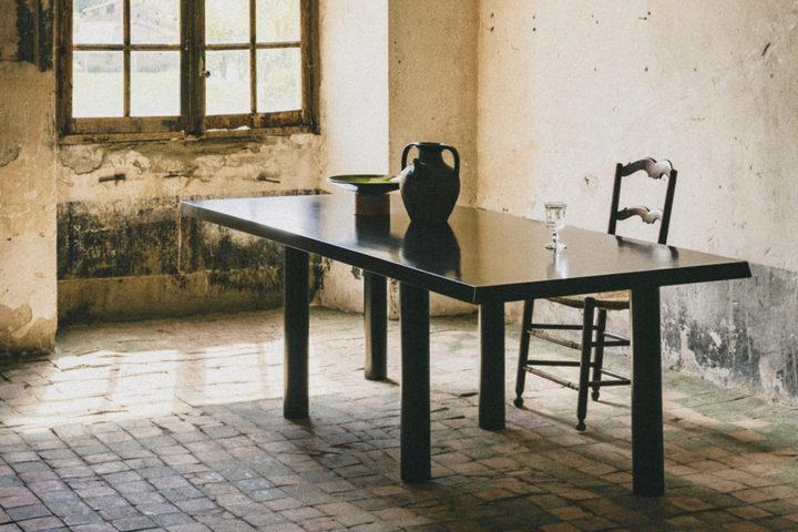 Обеденный стол из темного дерева