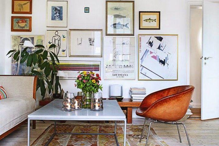 Интерьер с картинами в гостиной