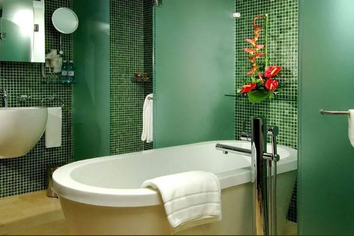 Матовый зеленые и мозаика в ванной