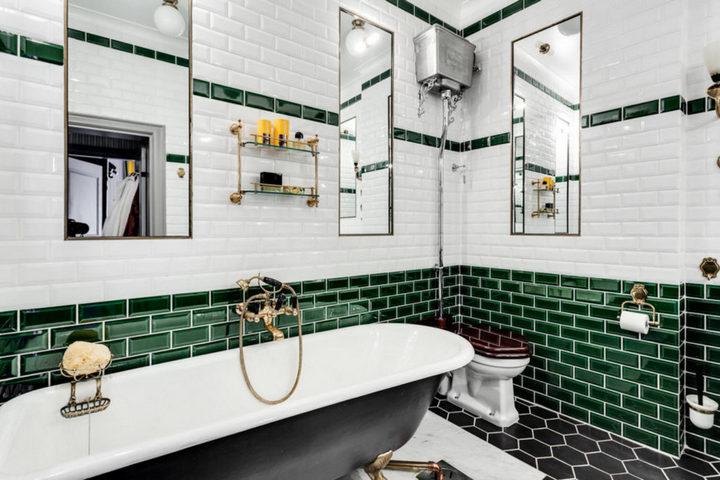 Горизонтальная отделка ванной комнаты зеленым и белым цветом