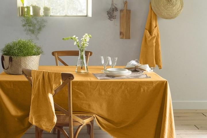 Однотонная желтая скатерть