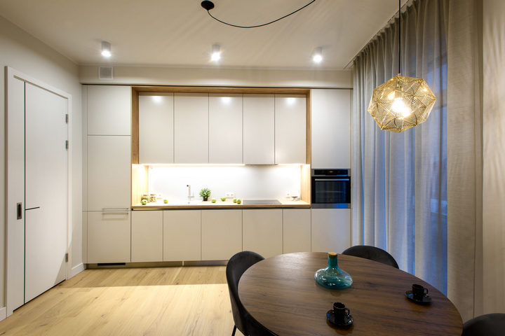 Светлая кухня в небольшой кухне